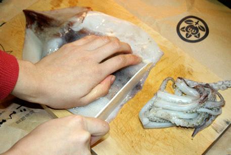 зачистите затем наружную часть мантии, выровнив ее края